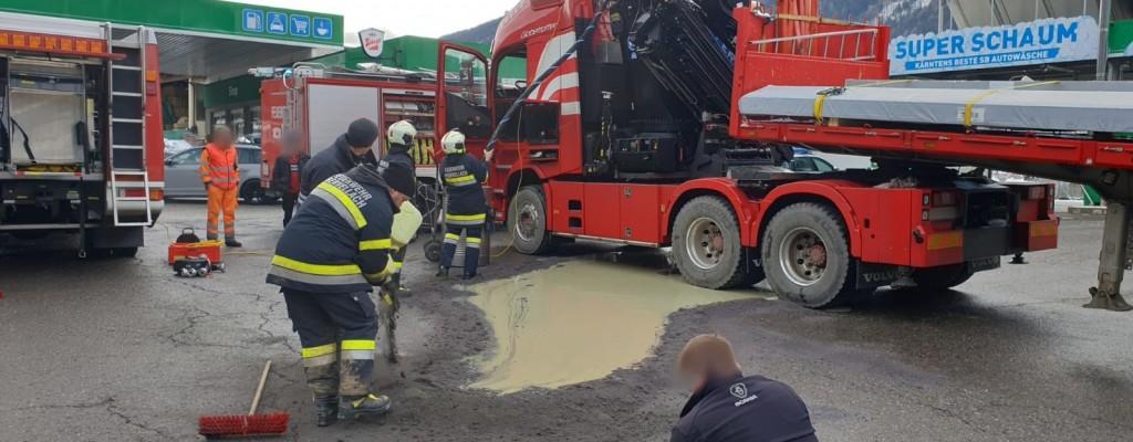 T Schadstoff 2 - LKW verliert Hydrauliköl